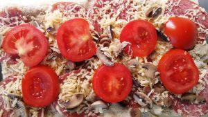 Pizza z pomidorem i salami
