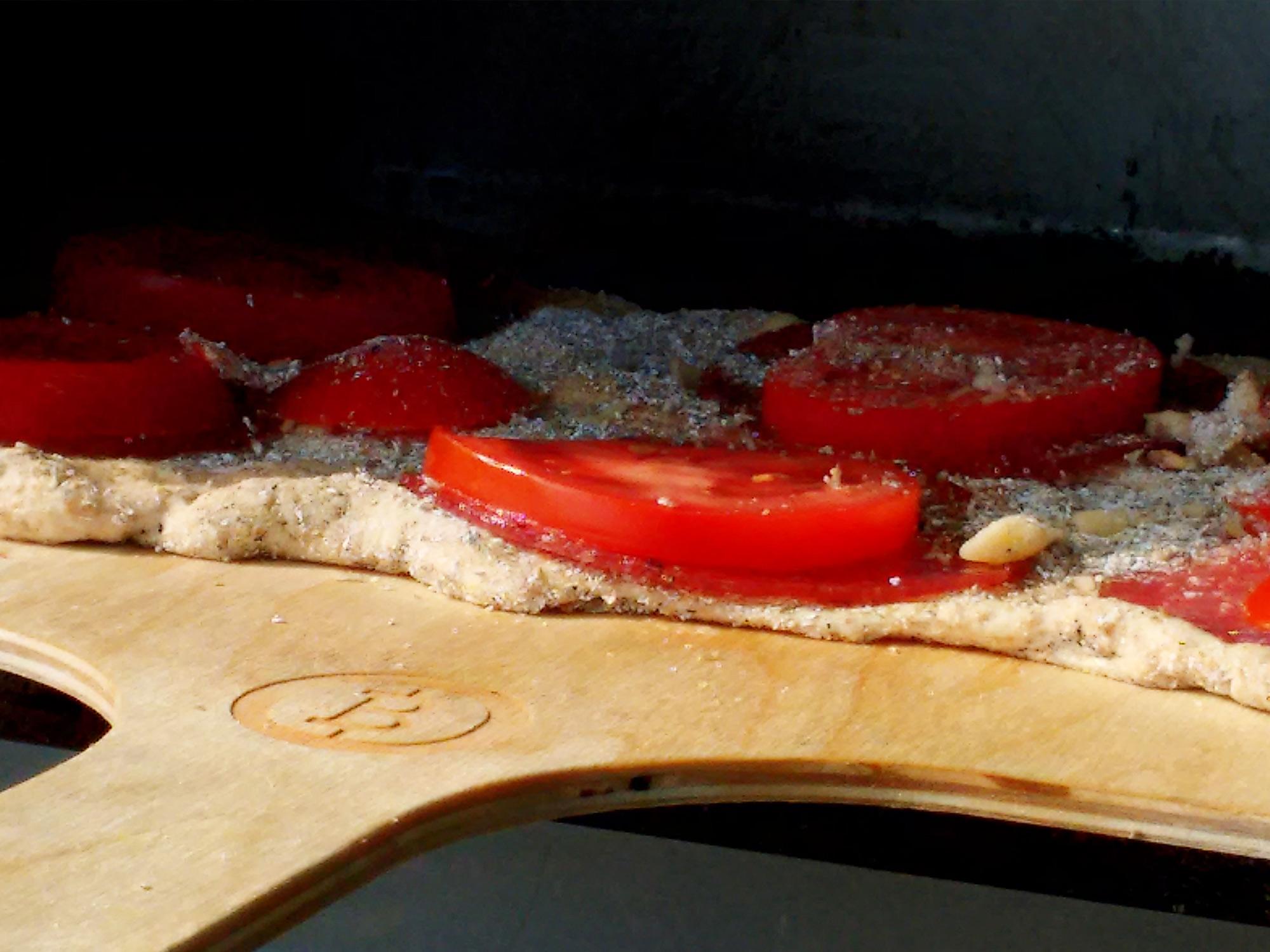 Pizza z pomidorami i salami